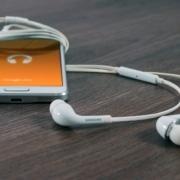 Como limpar a entrada do fone de ouvido do celular - Akiratek