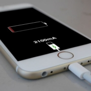 Como consertar iPhone com bateria viciada - Akiratek